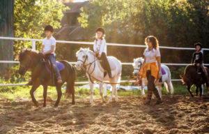 Обучение верховой езде на пони для детей