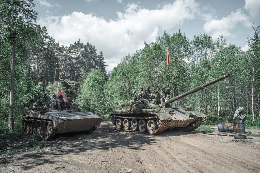 Участие в захватывающем танковом биатлонена военных машинахот Воентанктур