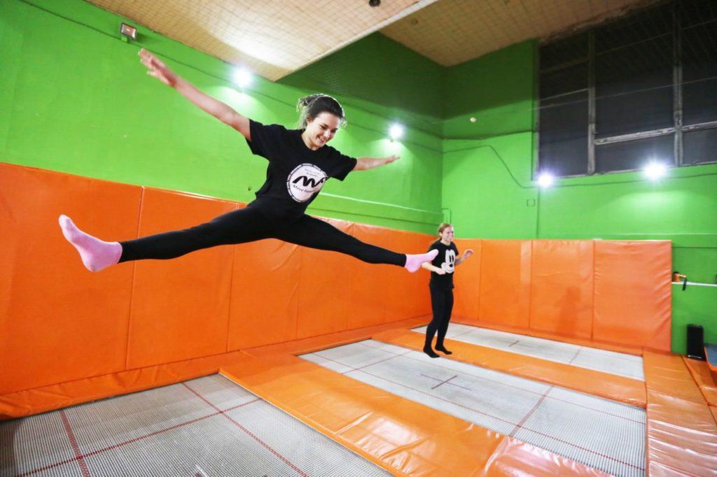 Прыжки на батуте в Москвевбатутно-акробатическом центре «Сальто»