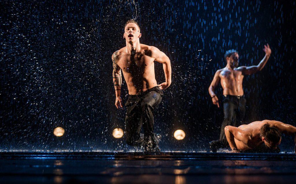 Танцевальное Шоу под дождем