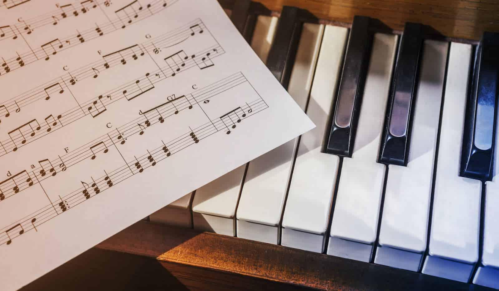 Занятия на гитаре, фортепиано либо саксофоне в Москве